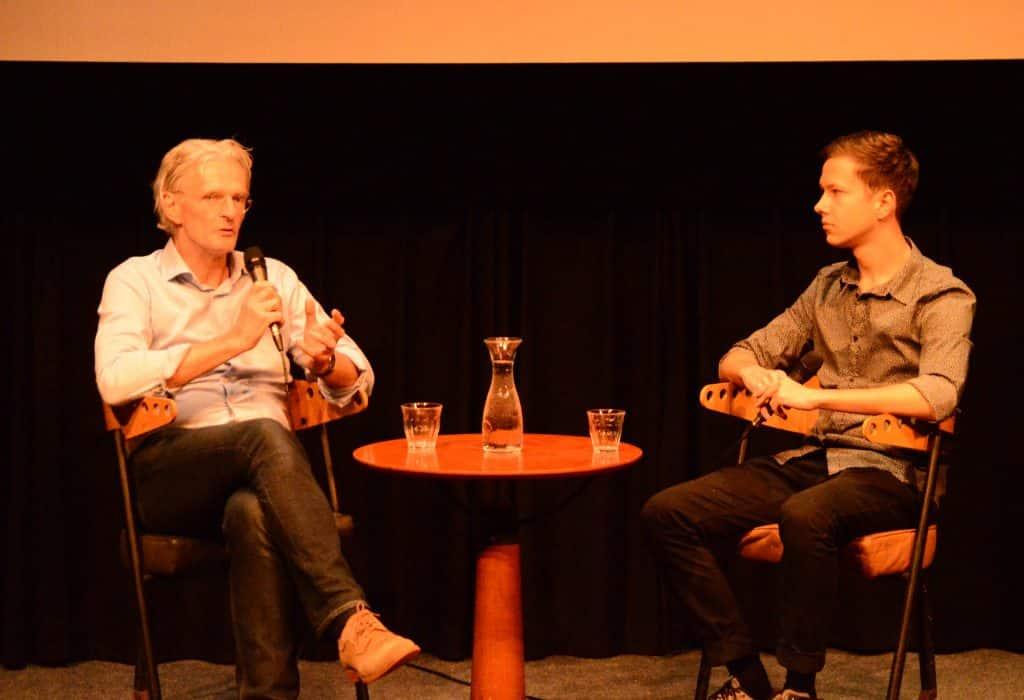 Lid van SIB-Utrecht interviewt Tom Terbogt tijdens een filmlezing