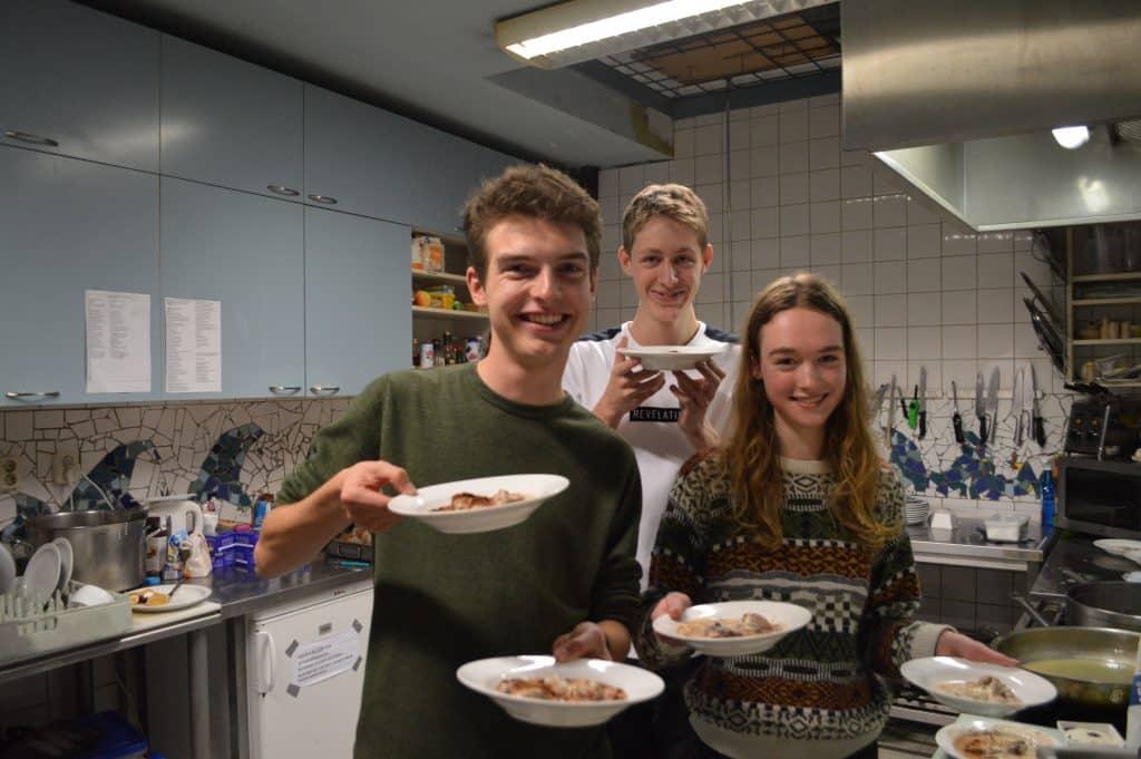 Een gedeelte van de kookcommissie van SIB-Utrecht tijdens het toetjesdiner van de vereniging